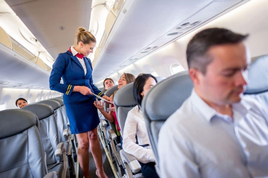 Comment devenir hôtesse de l'air : formation, salaire et débouchés