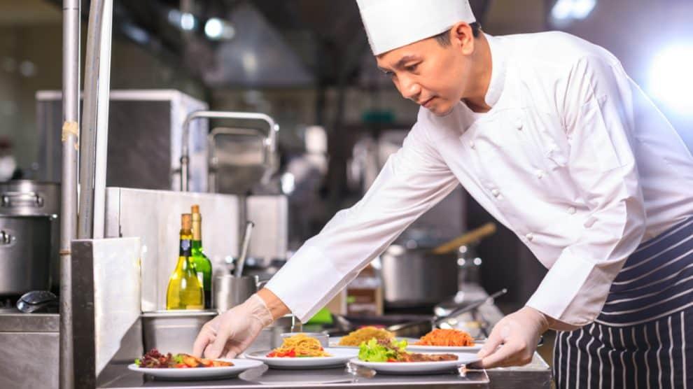 cuisinier disposant des plats