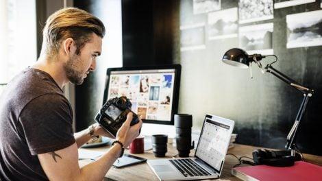Photographe en séance de travail