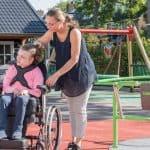 Enfant handicapée et accompagnante