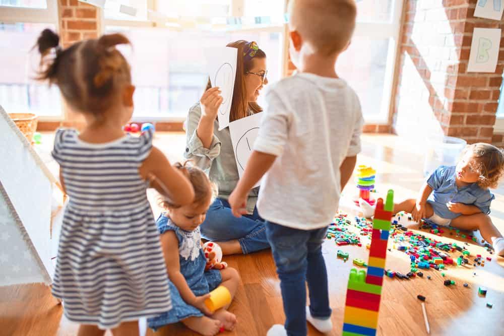 femme qui joue avec des enfants