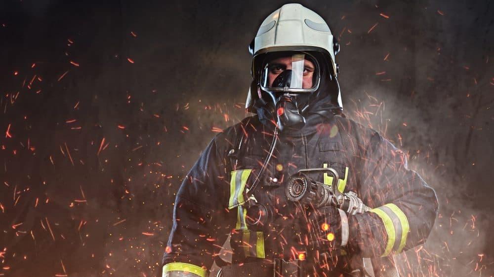Un pompier dans les étincelles