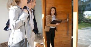 Agent immobilier en visite