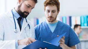 Assistant médical examinant un dossier