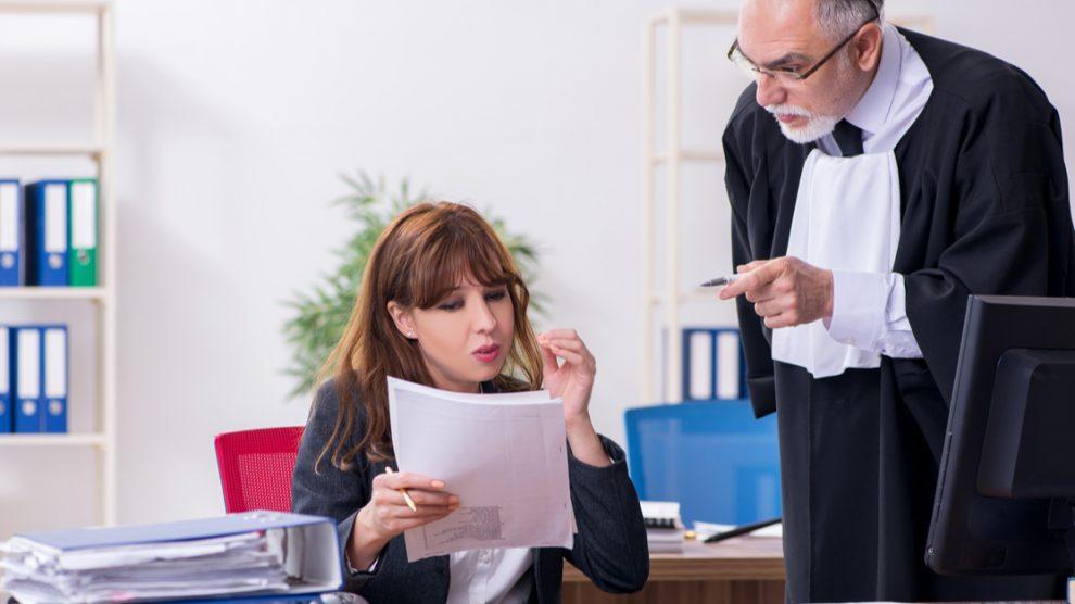 Assistante juridique avec un avocat