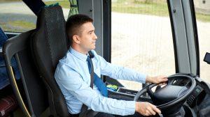 Chauffeur de bus en conduite