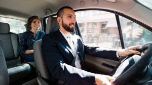 Chauffeur de taxi transportant sa passagère