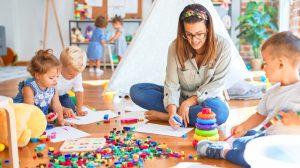 Auxiliaire de puériculture avec enfants