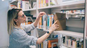 Bibliothécaire classant des livres