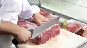 Boucher coupant de la viande