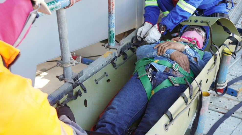 Brancardiers évacuant un blessé