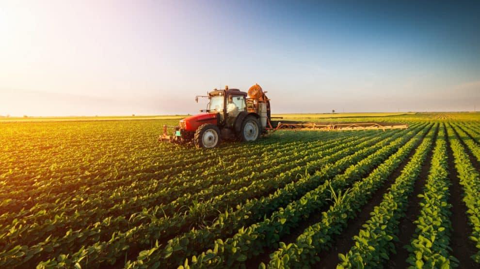 Machine agricole sur un champs