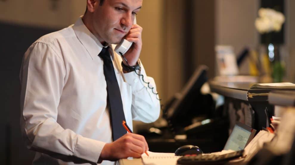 Concierge d'hôtel au téléphone