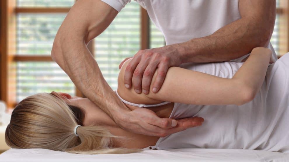 Manipulation de l'épaule realisée par un chiropracteur