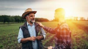 Discussion entre deux agriculteurs